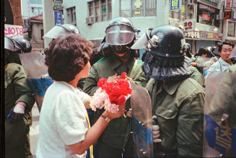 Seoul, South Korea, June 1987: protest movement against the authoritarian regime of General Chun Doo-Hwan. © Roland Bleiker